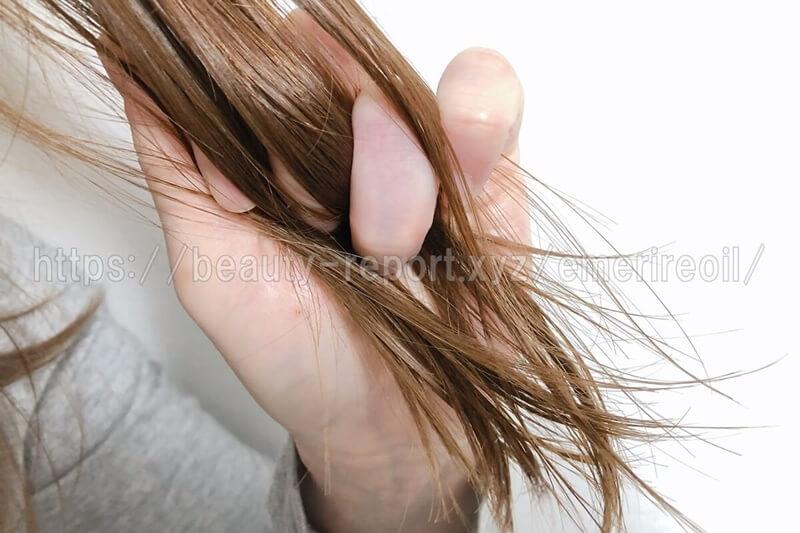エメリルオイルを髪になじませる