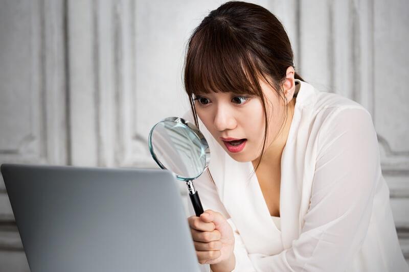 虫眼鏡で解析する女性