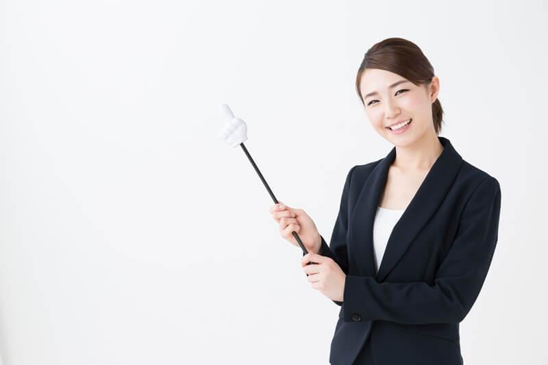 差し棒を持つ女性