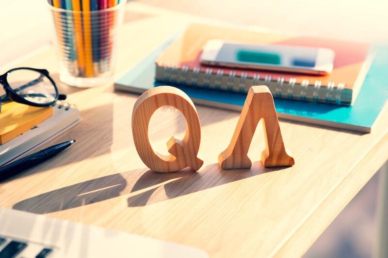 机に置かれたQ&Aの積み木