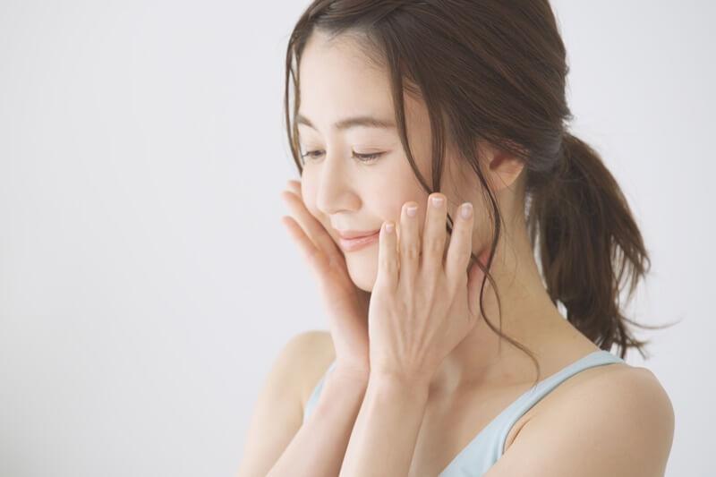 頬を抑える女性