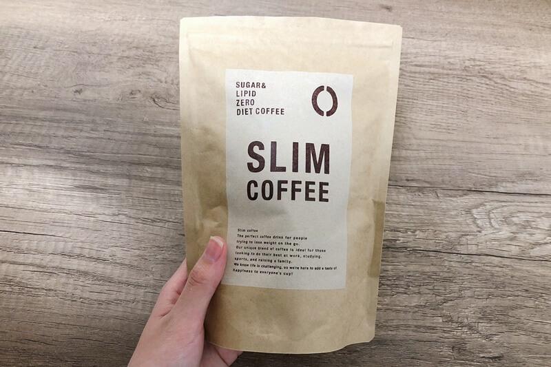手に持ったスリムコーヒーのパッケージ