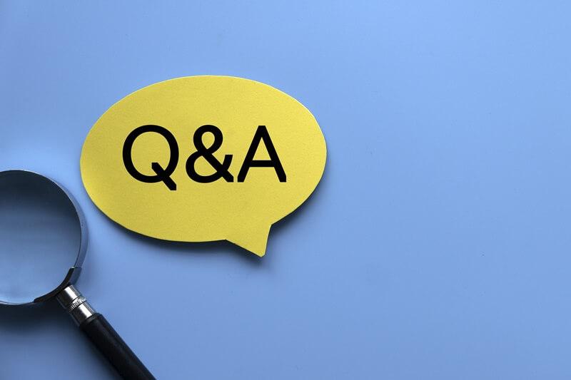 Q&Aの紙と虫眼鏡